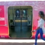 Nativa-trem-rosa-e-menina